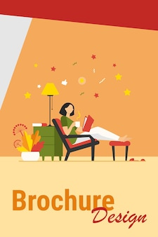Mulher relaxando em casa. menina bebendo chá quente, lendo livro em ilustração vetorial plana de poltrona. lazer, noite, conceito de literatura