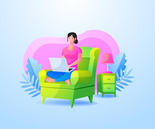 Mulher relaxando sentada no sofá e trabalhando com o laptop