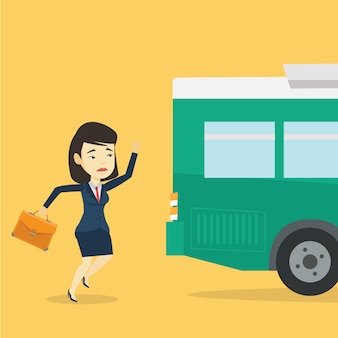 Mulher retardatária correndo para o ônibus.