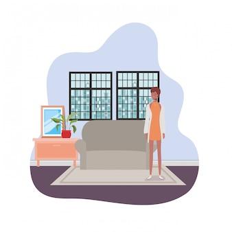 Mulher sala de estar com vista da cidade pela janela