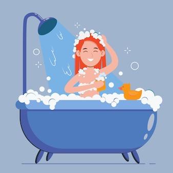 Mulher se lava no banheiro com pato de borracha. ela está tomando banho com sabonete e esponja.