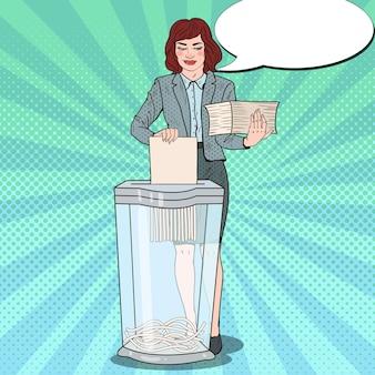 Mulher secretária de pop art destruindo documentos em papel na trituradora
