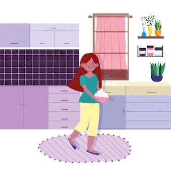Mulher segurando a tigela de comida na cozinha