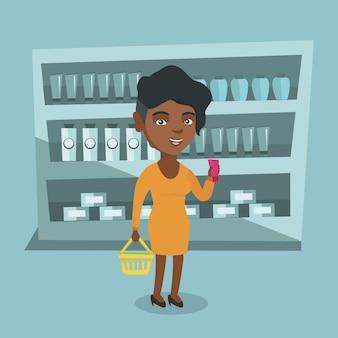 Mulher segurando cesta de compras e um tubo de creme.