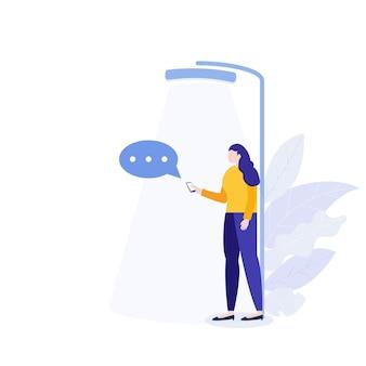 Mulher segurando smartphone e mensagens de bate-papo. conceito de rede social de comunicação virtual.