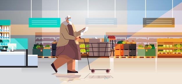 Mulher sênior com carrinho de carrinho cheio de produtos, verificando a lista de compras em ilustração vetorial de comprimento total horizontal de supermercado