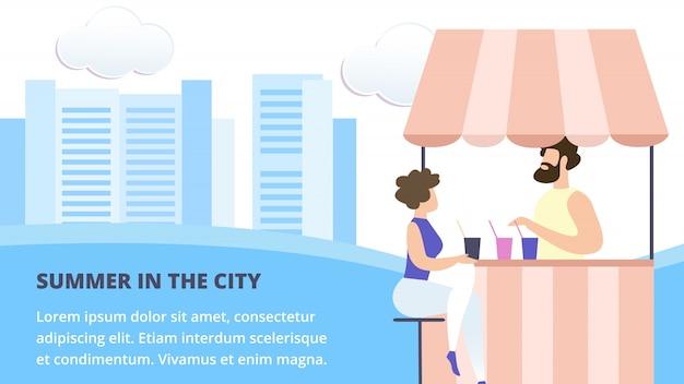 Mulher senta na mesa no café de rua de verão ou cabine com bebidas comprar bebidas frescas