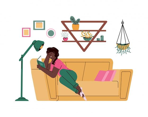 Mulher senta-se confortável no sofá e livro de leitura, desenho ilustração