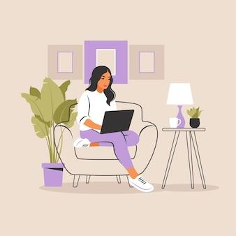 Mulher sentada com laptop, trabalhando em um computador