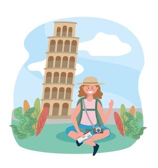 Mulher sentada com mochila e câmera para a torre inclinada de destino de pisa
