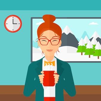 Mulher sentada com uma xícara de café