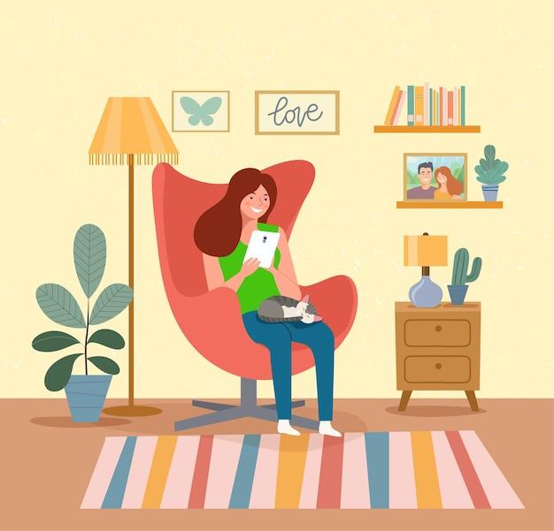 Mulher sentada na cadeira com o gadget. ilustração em vetor plana