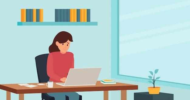 Mulher sentada na cadeira e trabalhando em casa, no laptop