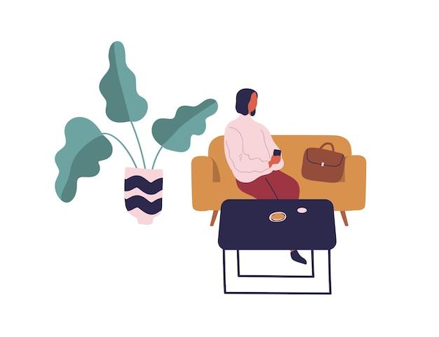 Mulher sentada no sofá à mesa com comida usa smartphone isolado no branco. mulher dos desenhos animados relaxando no café no sofá, segurando a ilustração plana do vetor móvel. garota casual, aproveitando a pausa no refeitório.
