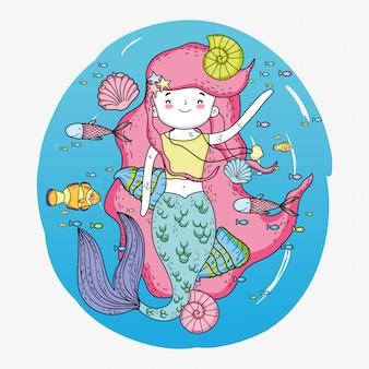 Mulher sereia debaixo d'água com conchas e caracóis