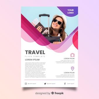 Mulher sorridente com poster de viagens de bagagem