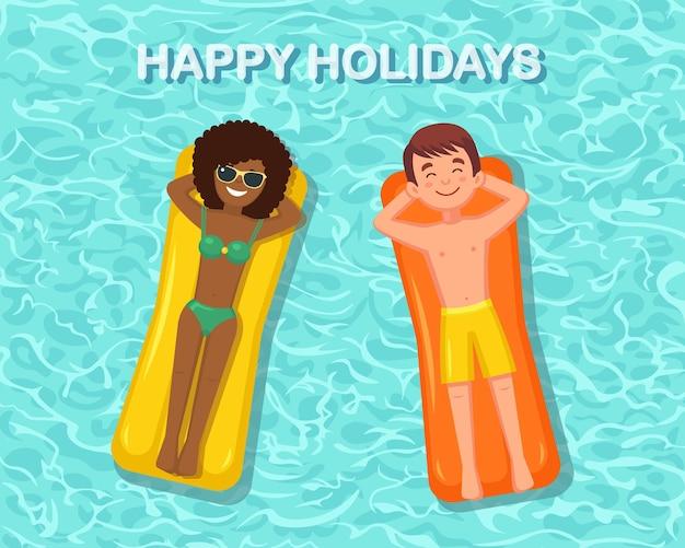 Mulher sorridente, homem nadando, bronzeando-se no colchão de ar na piscina