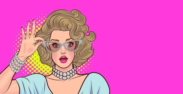 Mulher surpresa em copos olha uau algo estilo retrô pop art estilo pop art quadrinhos.