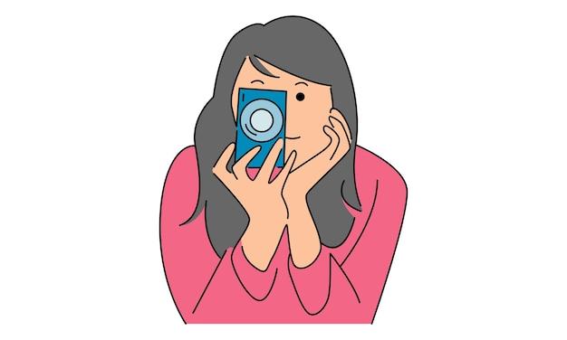 Mulher tira foto com câmera digital
