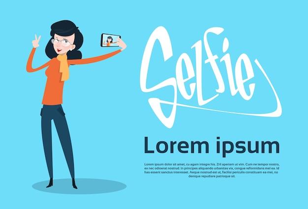 Mulher tirando foto de selfie no telefone inteligente