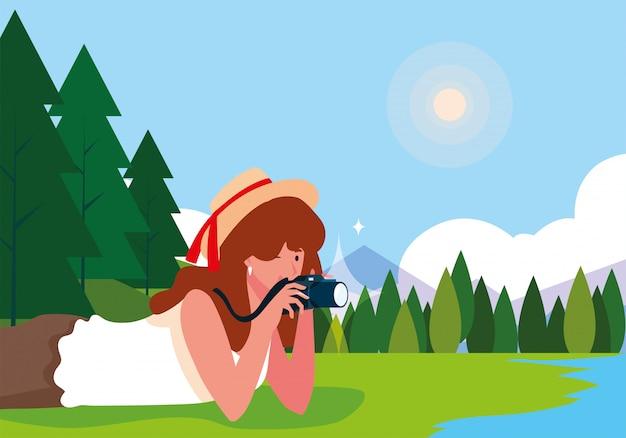 Mulher tirando uma foto com paisagem de fundo