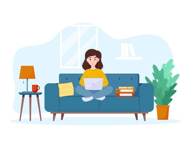 Mulher trabalha em casa no sofá conceito de trabalho em casa freelance
