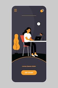 Mulher trabalhando à noite em um aplicativo móvel