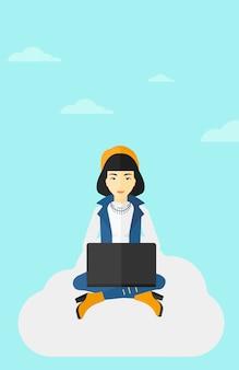 Mulher trabalhando no laptop.