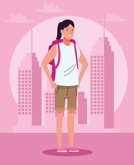 Mulher turista em pé com a mala de viagem sobre o personagem da cidade