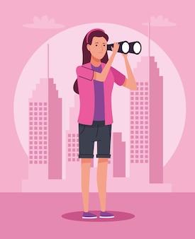 Mulher turista parada com binóculos no personagem da cidade