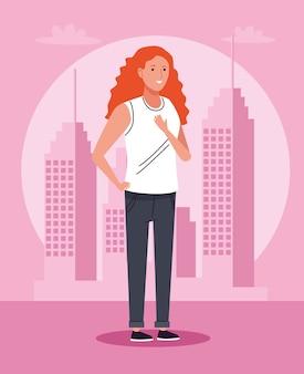Mulher turista parada no personagem da cidade