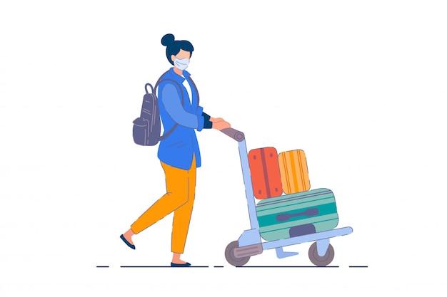 Mulher turística. passageiro com máscara carregando mochila, empurrando carrinho com malas durante a pandemia de coronavírus. mulher turista viajante personagem de desenho animado, conceito de turismo