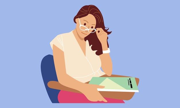 Mulher usa óculos lendo um livro