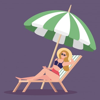 Mulher usando chapéu verão com maiô na cadeira praia, proteção de guarda-chuva, temporada de férias de verão