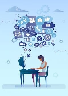 Mulher, usando computador, com, bate-papo, bolha, de, social, mídia, ícones, rede, comunicação, conceito