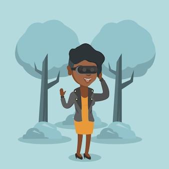 Mulher usando fone de realidade virtual no parque.
