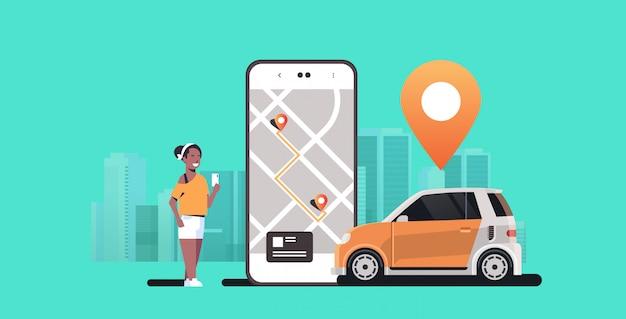 Mulher, usando, móvel, aplicativo, pedido, veículo automóvel, com, local, marca, aluguel, car, compartilhar, conceito, transporte, carsharing, serviço, cityscape moderno, fundo, horizontal