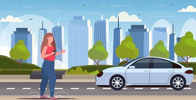 Mulher, usando o aplicativo móvel de smartphone, pedidos on-line, táxi, compartilhamento de carro, conceito, transporte, carsharing, serviço, cityscape moderno, fundo, horizontal, comprimento total