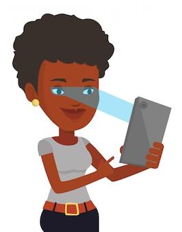 Mulher usando o scanner de íris para desbloquear o telefone móvel.