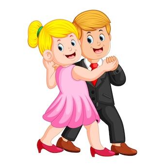 Mulher usando o vestido rosa e o homem usando o casaco dançando juntos