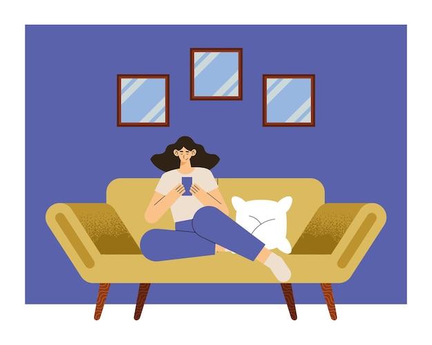 Mulher usando smartphone na sala de estar