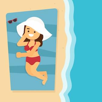 Mulher vai viajar bela jovem bronzeamento, com óculos de sol, chapéu, na praia