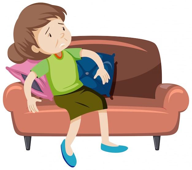 Mulher velha cansada no sofá