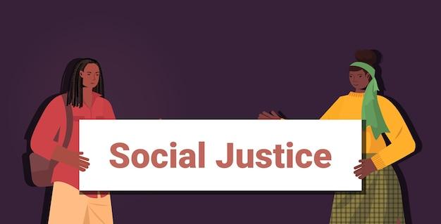 Mulheres afro-americanas ativistas segurando cartaz de parar racismo igualdade racial justiça social parar discriminação conceito retrato horizontal