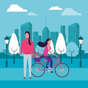 Mulheres andando de bicicleta com flor