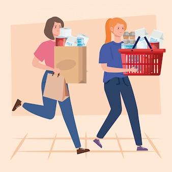 Mulheres carregando saco de papel e cesta com compras