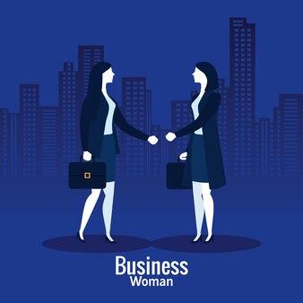 Mulheres de negócios com mala em frente a prédios da cidade