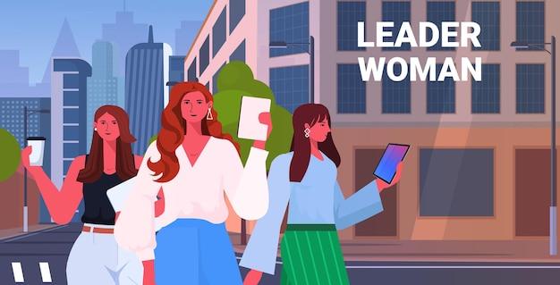 Mulheres de negócios líderes em trajes formais caminhando ao ar livre.