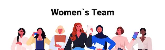 Mulheres de negócios líderes em trajes formais juntos mulheres de negócios de sucesso conceito de liderança de equipe trabalhadoras de escritório usando dispositivos digitais ilustração em vetor retrato horizontal