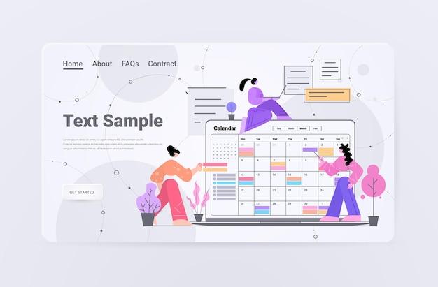 Mulheres de negócios planejando o dia agendando compromisso no aplicativo de calendário on-line agenda reunião plano prazo de gerenciamento de tempo